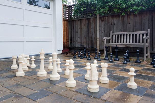 Большие шахматы во дворике