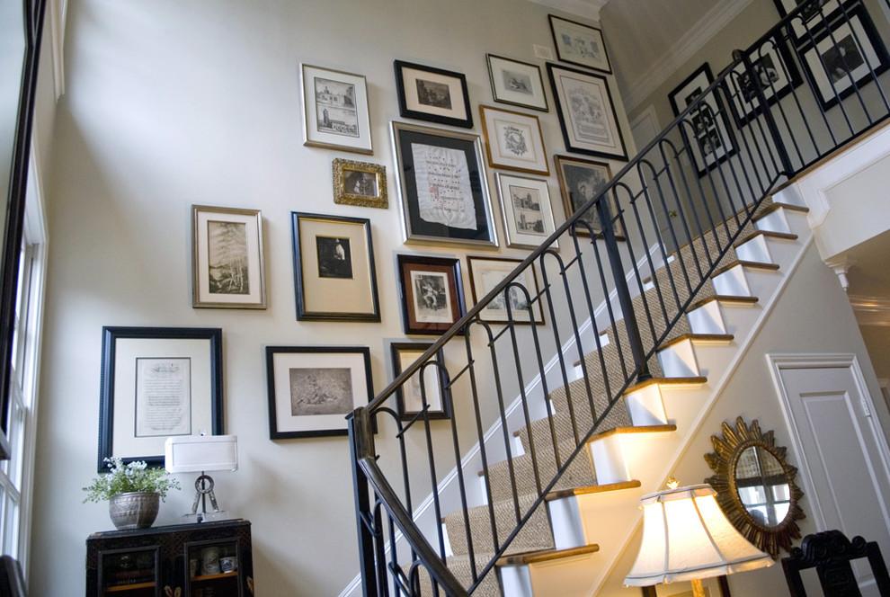Фотографии над лестницей