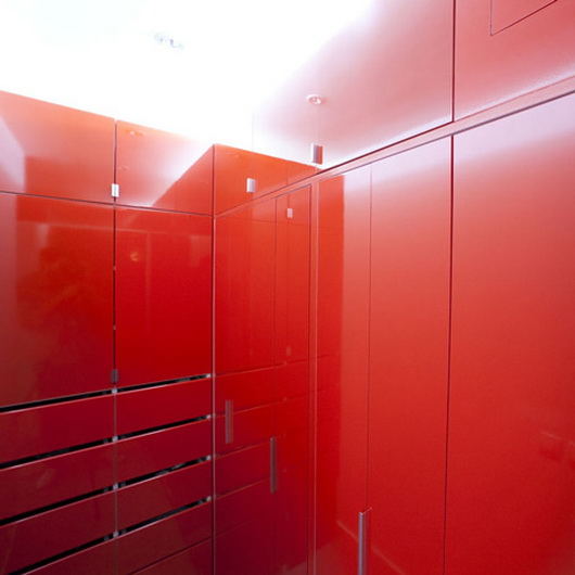 Трансформируемая красно-белая спальня в сложенном виде