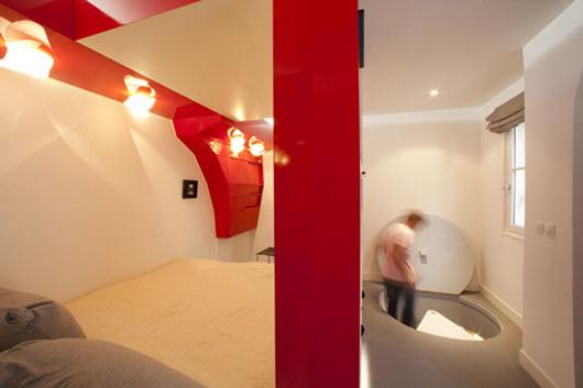 Оригинальное оформление спальни: трансформируемая красно-белая комната и санузел