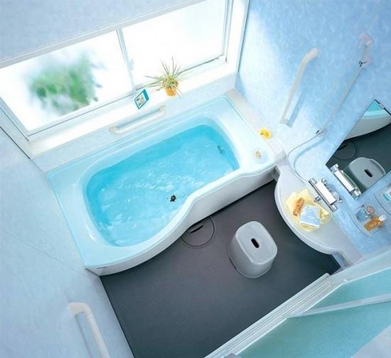 Маленькая ванная комната с прямоугольной ванной