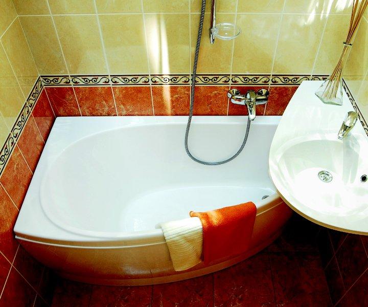 Маленькая ванная комната с угловой ванной