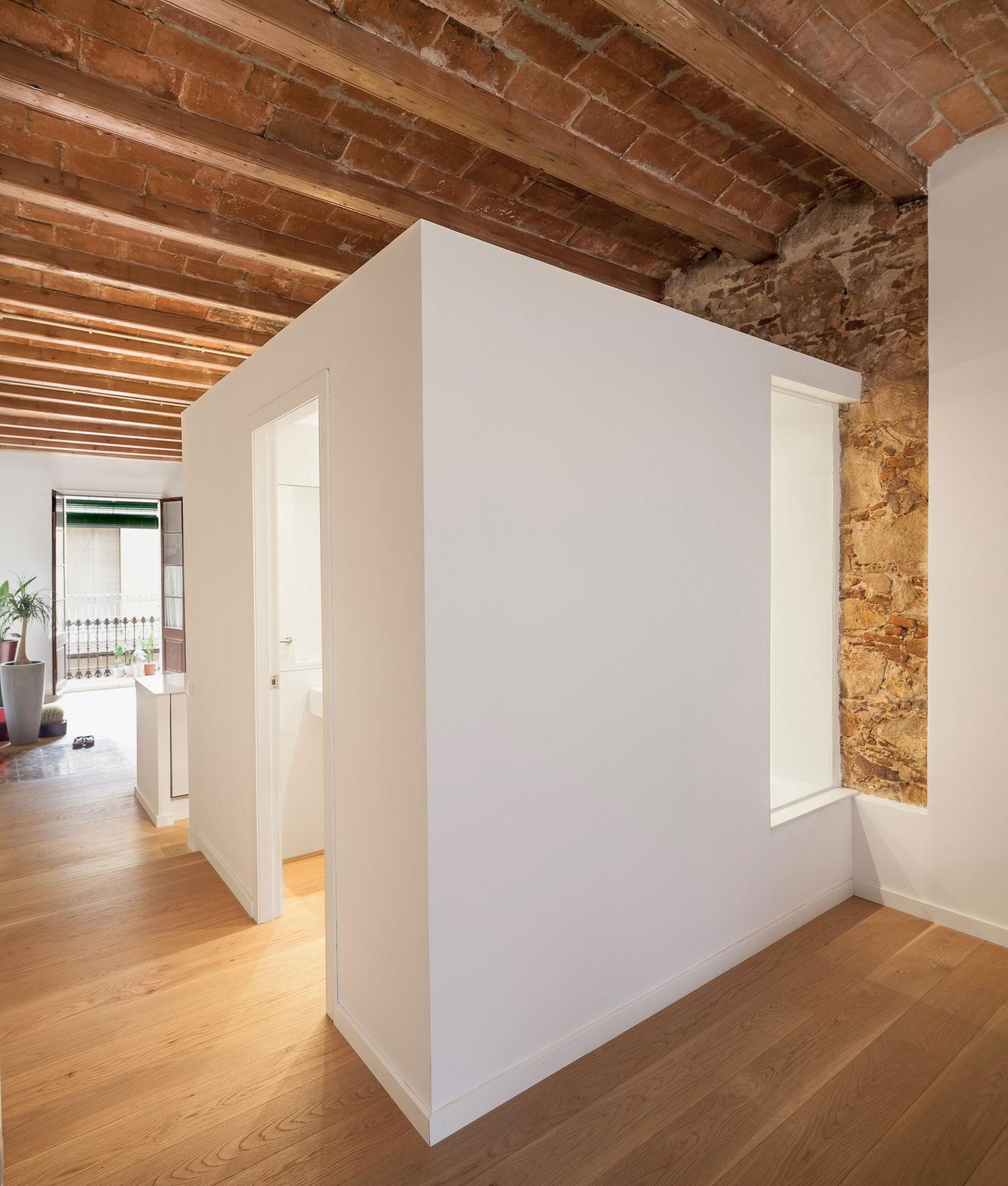 Маленькая комната с невысокими стенами