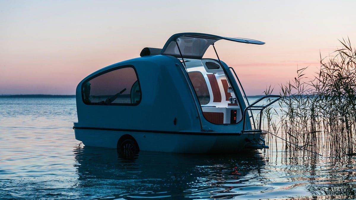 Маленькая лодка на колёсах всегда готова к путешествию