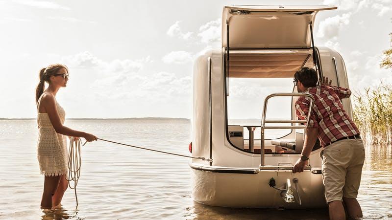 Маленькая лодка на колёсах готова к плаванию