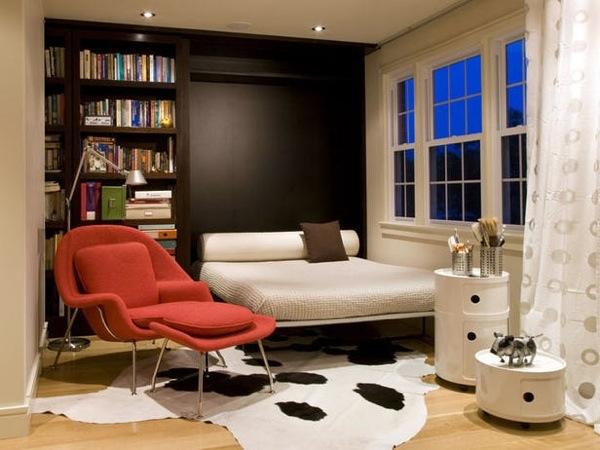 Книжный стеллаж в спальне