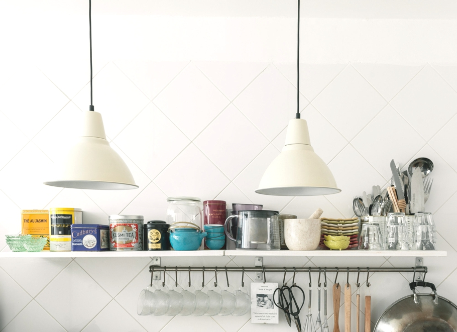 Полка для посуды на кухне шикарных апартаментов в Лиссабоне