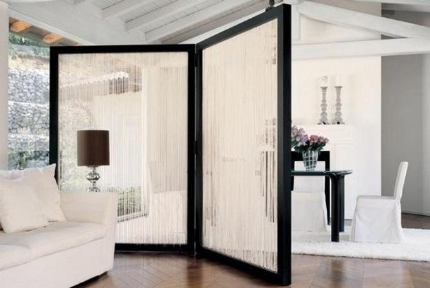 Прозрачная струящаяся ширма в дизайне интерьера гостиной