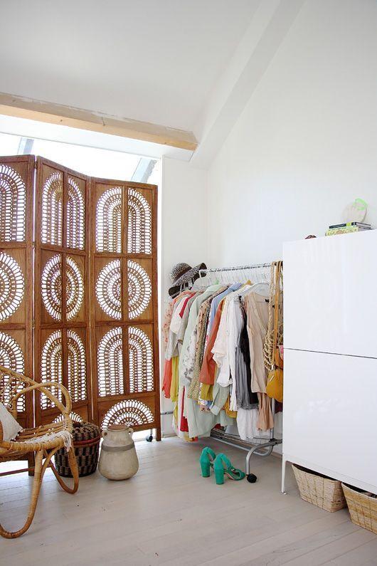Ажурная деревянная ширма в дизайне интерьера гардеробной