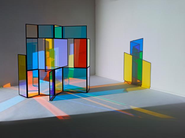 Яркая стеклянная ширма в дизайне интерьера