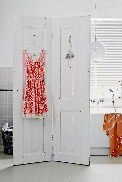 Белая деревянная ширма в дизайне интерьера ванной