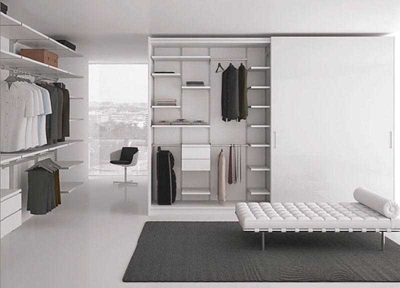 Система хранения одежды в белом цвете