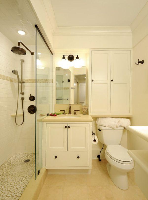 Узкая душевая кабина со стеклянной перегородкой в ванной