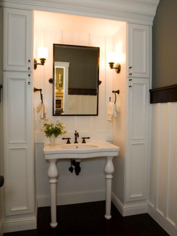 Столик для умывания с зеркалом и держателями полотенец в ванной