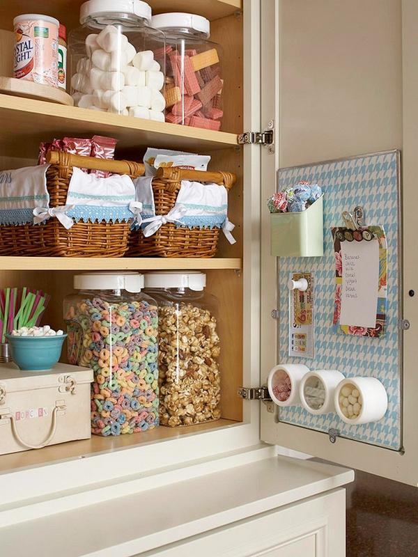 Плетёные корзинки и коробки в шкафчике