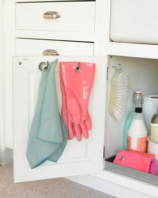 Крючки на дверце шкафчика под мойкой