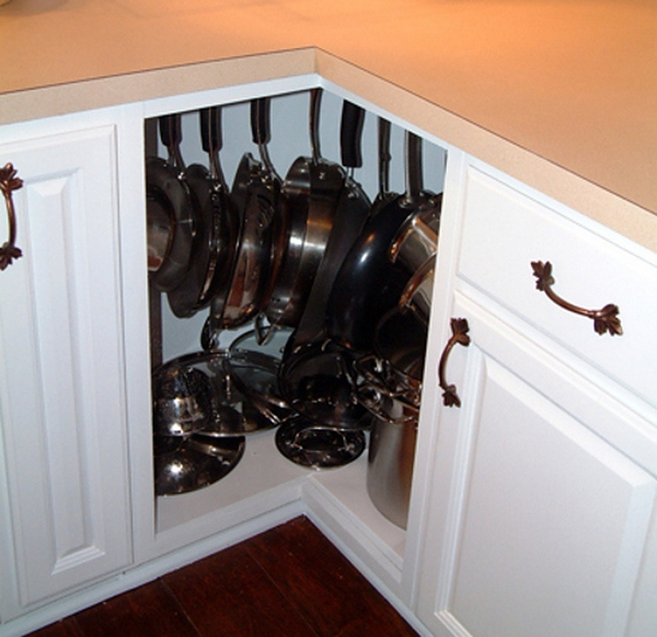 Специальные крюки для сковородок в угловом шкафу
