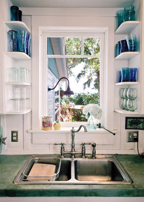 Узкие полки для посуды у окна