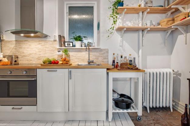 Небольшая кухня в белом цвете