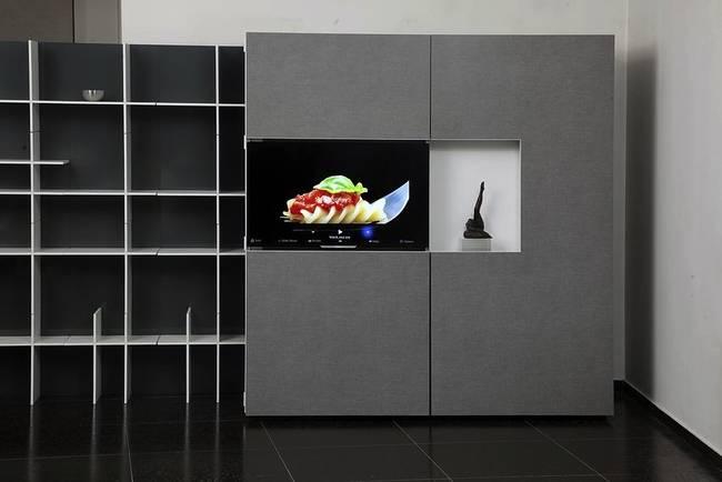 Складная кухня в доме с телевизор в дверце шкафа