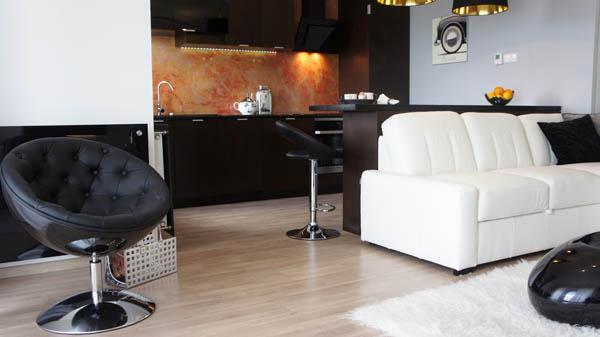 Интерьер стильной квартиры-студии в чёрно-белом цвете