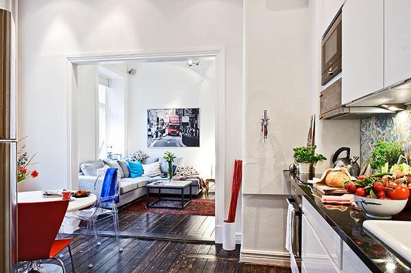 Яркие акценты в белой квартире-студии