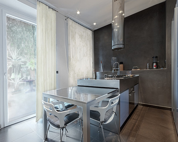 Раскладной обеденный стол на кухне