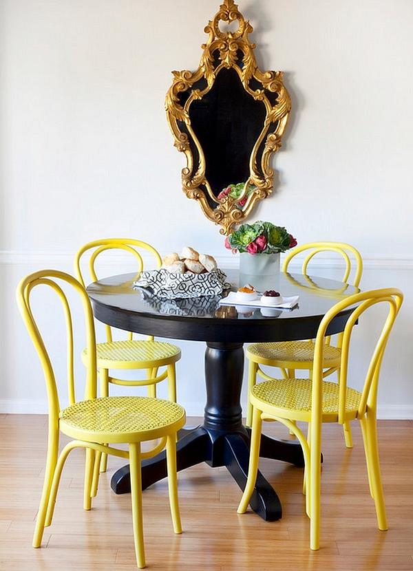 Яркие жёлтые стулья и чёрный обеденный стол