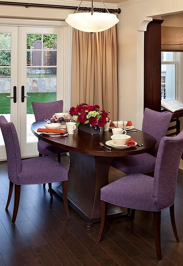 Фиолетовые стулья в классической столовой