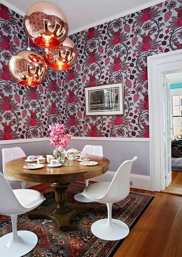 Медные лампы, изящные белые стулья и смелый рисунок на стене