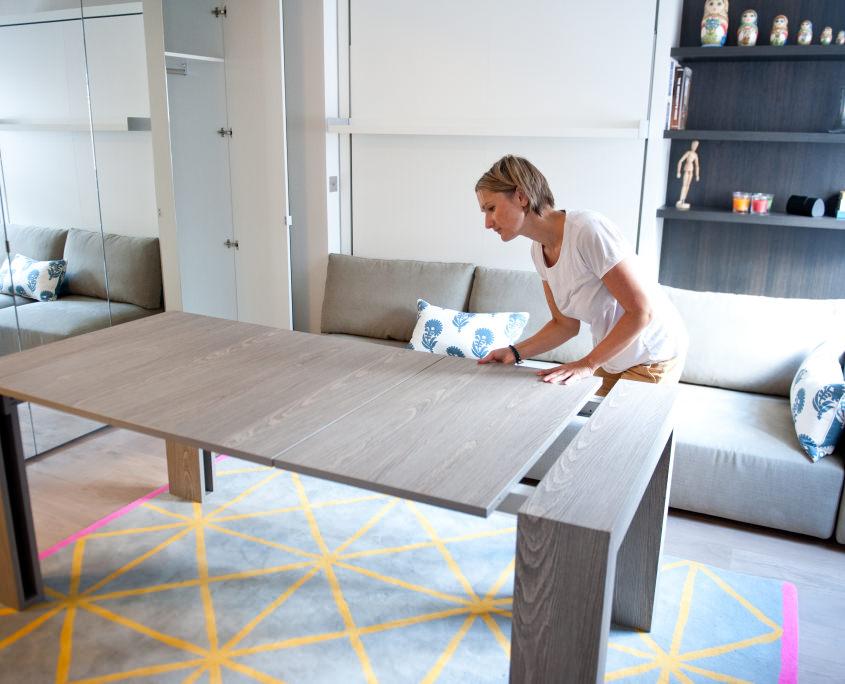 Раздвижной стол в интерьере столовой зоны