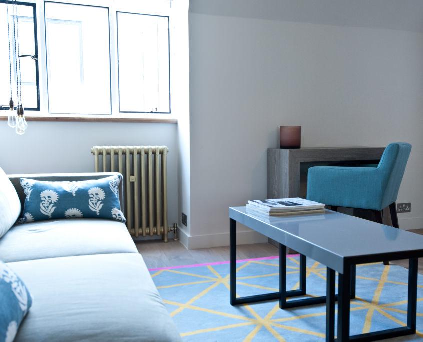 Светлая комната с темными деталями и ярким ковром