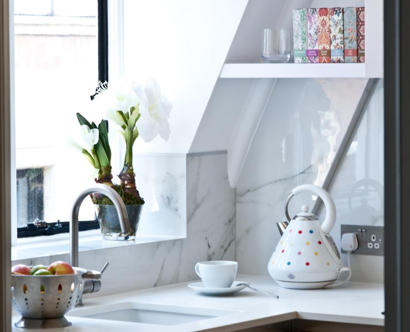 Отделка стен кухни светлым мрамором