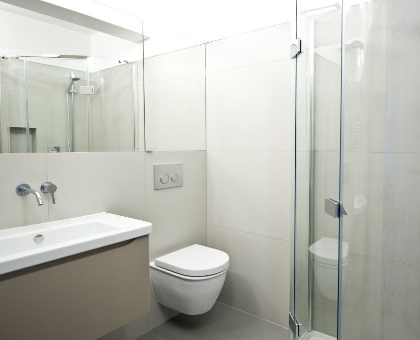 Ванная комната в светлых тонах с большим зеркалом