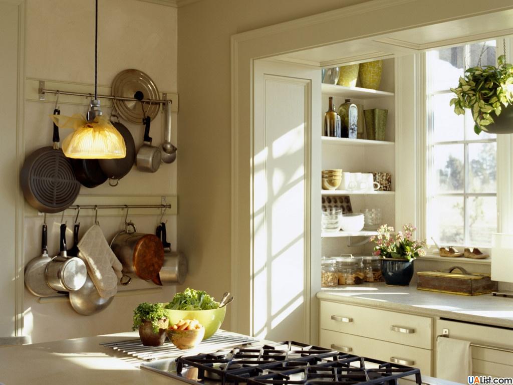 Идея для оформления маленькой кухни - кастрюли на крючках