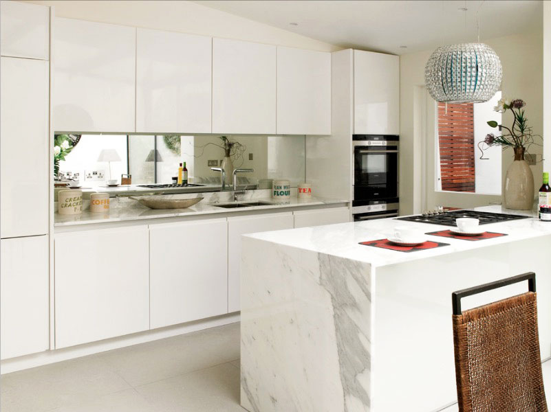 Дизайн кухни с зеркальным фартуком