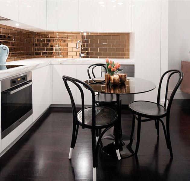Дизайн кухни с металлизированным фартуком