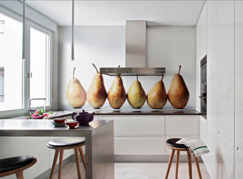 Дизайн кухни в белом цвете с широкоформатным изображением на стене