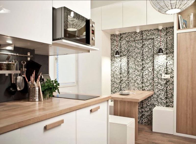 Интерьер кухни с декором стены у обеденного столика