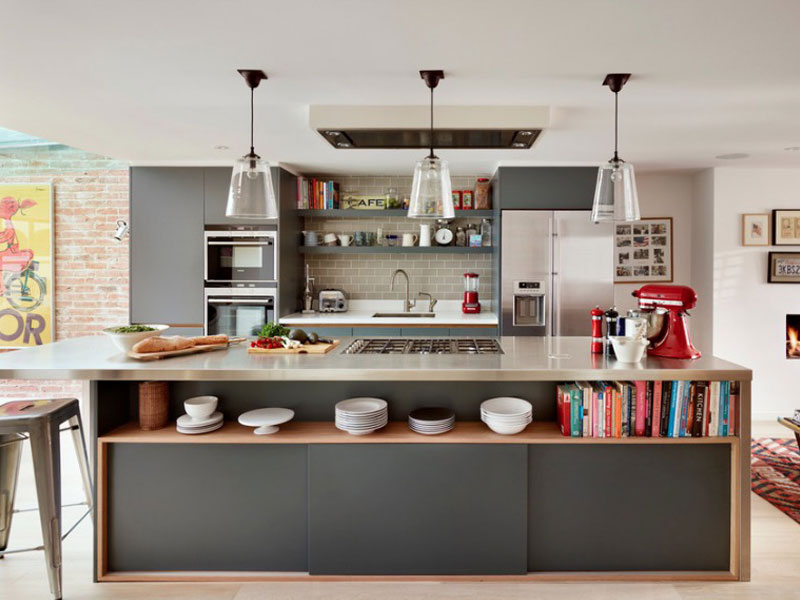 Дизайн кухни с островом-столом с встроенными полками и шкафчиками