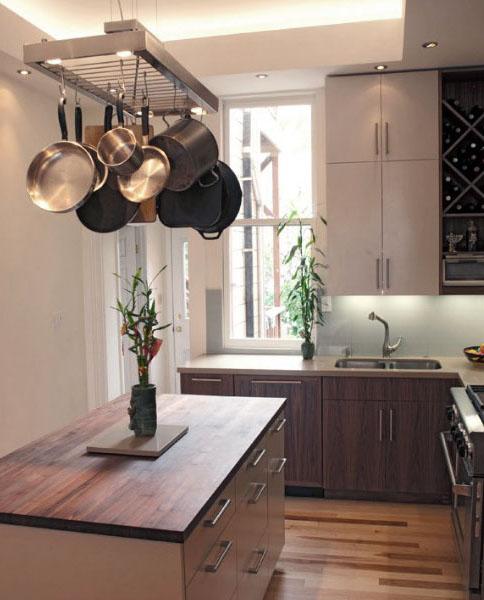 Кухня с подвесной конструкцией для хранения габаритной посуды