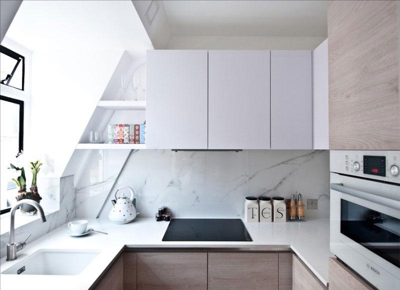 Интерьер кухни в белых тонах с окном