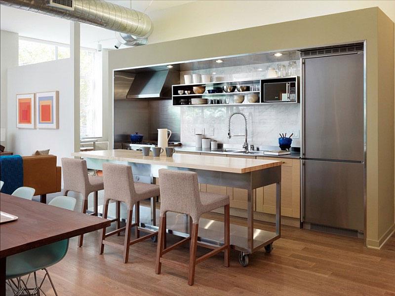 Стильные кресла в интерьере кухни