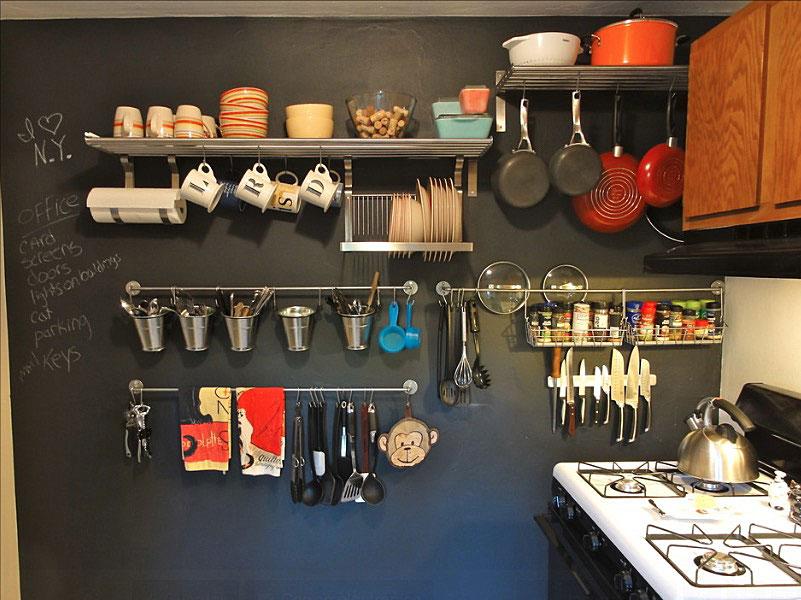 Настенное хранение различных кухонных предметов
