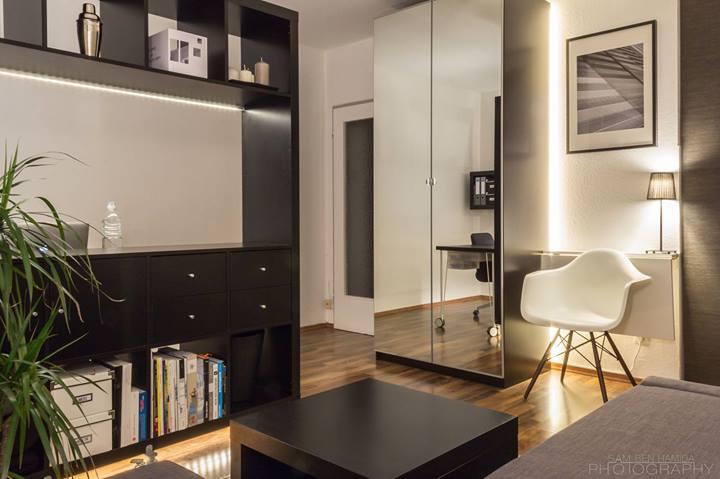 Стеллаж в небольшой квартире-студии