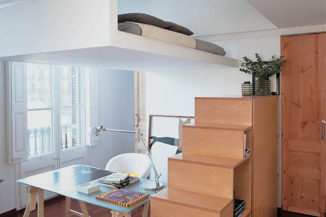 Зона хранения под лестницей в дизайне маленькой комнаты,фото 2