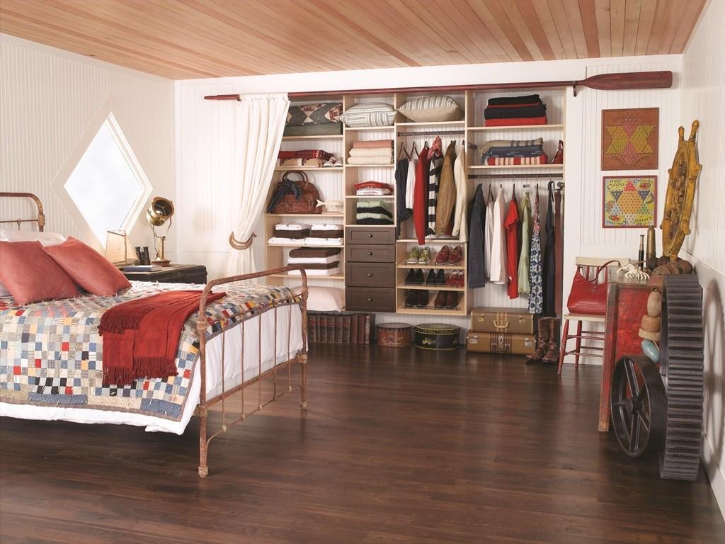 Шкаф для одежды в дизайне маленькой комнаты