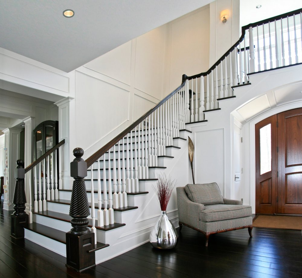 Зона хранения под лестницей в дизайне маленькой комнаты
