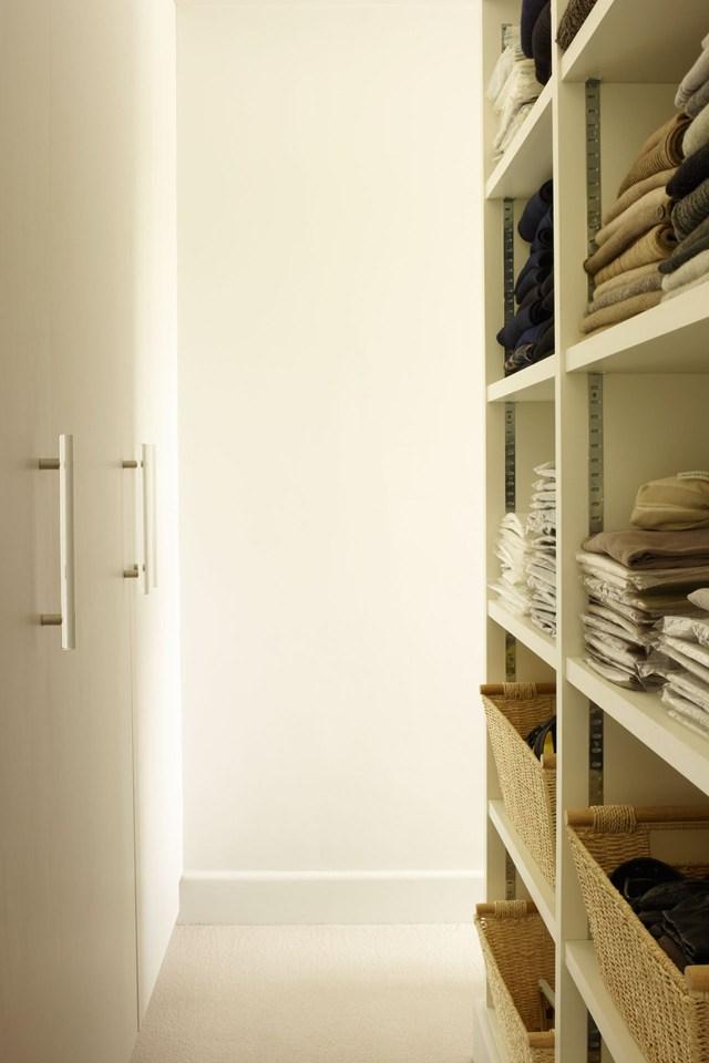 Зона хранения одежды в дизайне маленькой комнаты