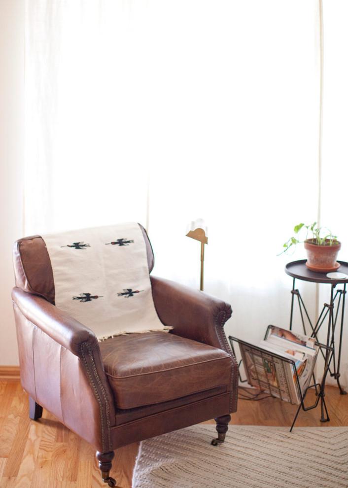 Кожаное кресло у окна